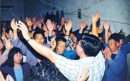 groupe élevant les mains et priant